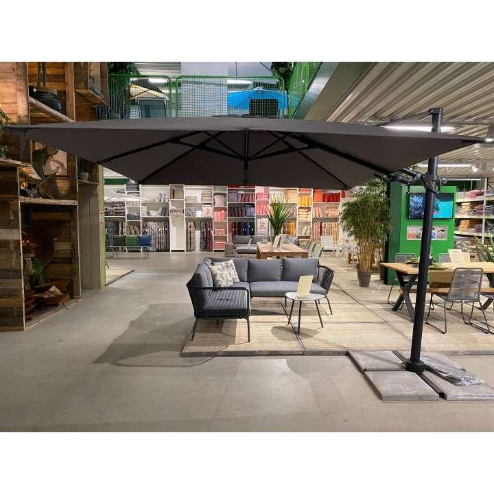 Barletta: de vrijhangende parasol van Borek in het grijs